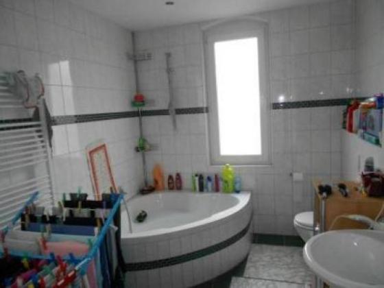 3 zimmer gro es tageslichtbad mit wanne laminat rauhputz stellplatz schn ppchen. Black Bedroom Furniture Sets. Home Design Ideas