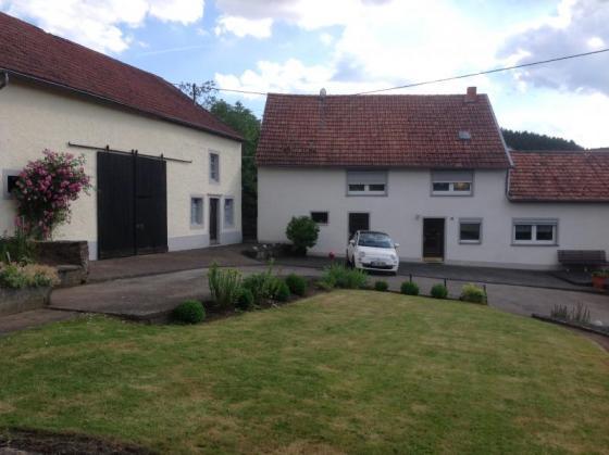 Freistehendes Einfamilienhaus mit dazugehörigen Bauernhaus