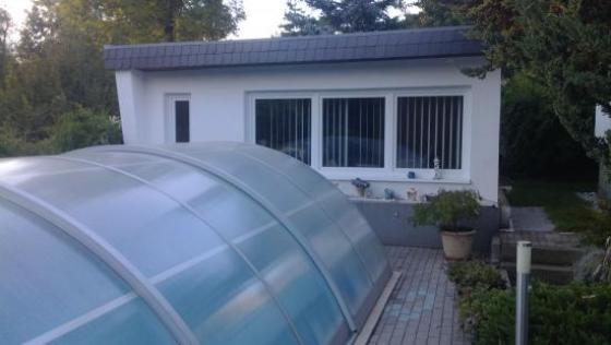 gepflegter bungalow in idyllischer lage unweit der landeshauptstadt mit sauna und pool. Black Bedroom Furniture Sets. Home Design Ideas