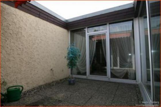 sehr gepflegtes bungalow reihenendhaus mit traumhaft sch nen eckgrundst ck und hellem atrium. Black Bedroom Furniture Sets. Home Design Ideas
